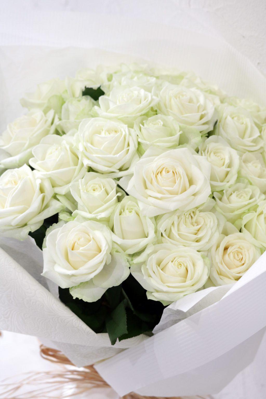 花束 白いバラの花束