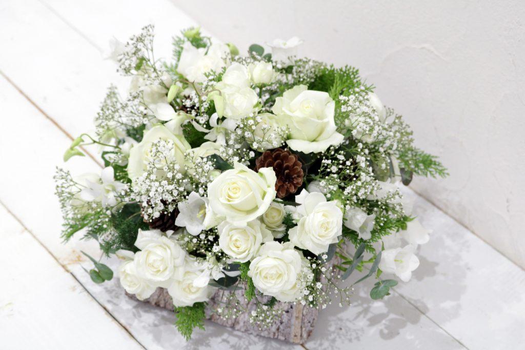 カスミ草とホワイトカラーのアレンジメント